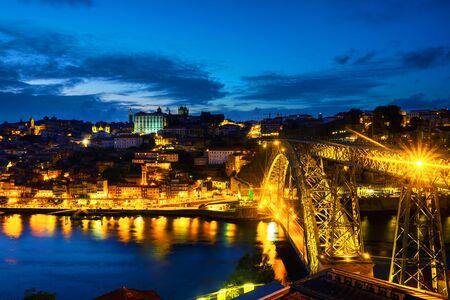 Porto, Portugal. Vue aérienne de la région de Ribeira à Porto, Portugal pendant une nuit avec rivière, bâtiments colorés et pont Banque d'images
