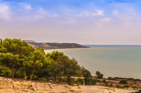 Costa mediterránea y sitio arqueológico de eraclea minoa. Foto de archivo - 83482883
