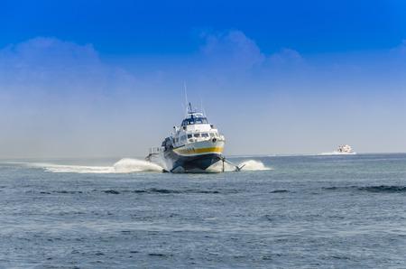 I traghetti che navigano sul Mar Tirreno sono il principale mezzo di trasporto tra le Isole Eolie