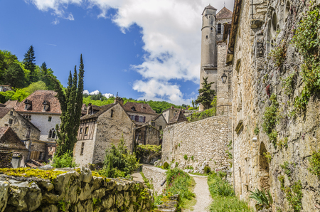 In the department of Lot and in the French commune of midi pyrenees we find the village of Saint cirq Lapopie with its medieval houses and the main church.