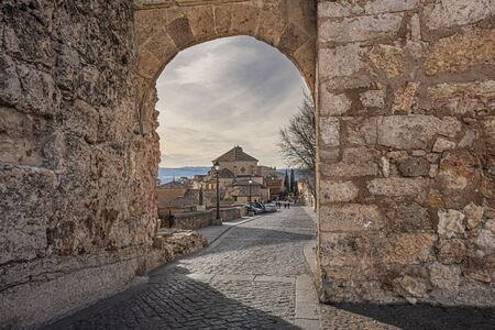 A gateway to the medieval city of Cuenca is Bezudo arch of sixteenth century, point from which you can see the sickles of the river Jucar and Huecar. Spain Banque d'images