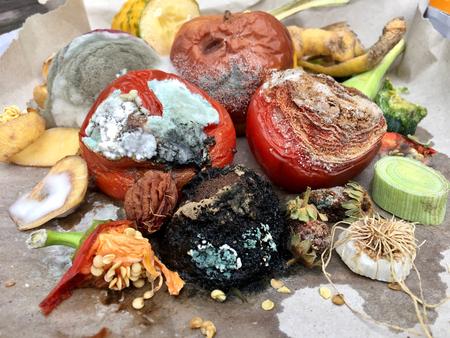 Différentes sortes de fruits et légumes rouges sur papier gris Banque d'images - 84994363