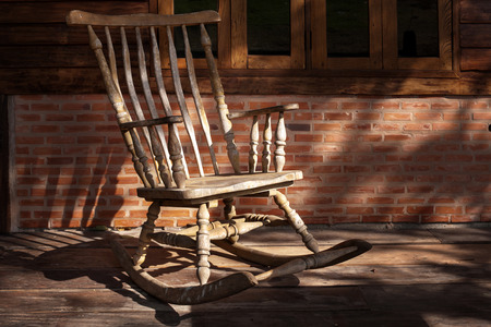 The old rocking chair under the shadow of the morning. Standard-Bild