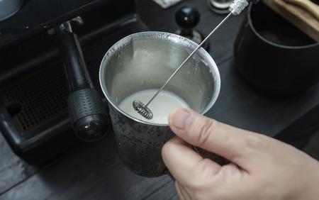 Melkopschuimer in koffiewinkel Stockfoto