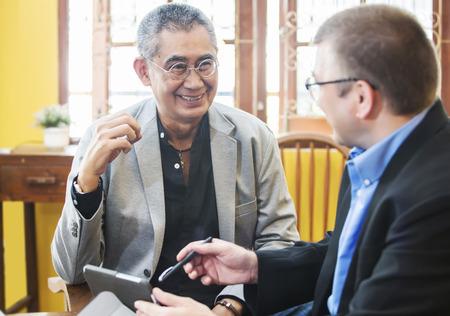 personas sentadas: Hombre de negocios asi�tico Discutiendo En la oficina