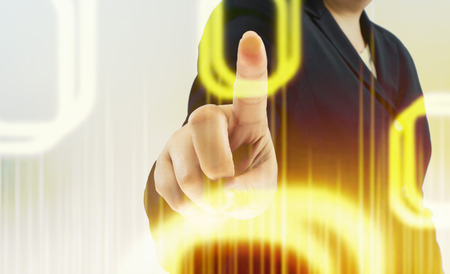 recourses: Imprenditrice di fronte a touch screen visiva.