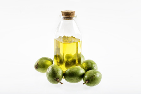 aceite de cocina: olive oil isolated on white background