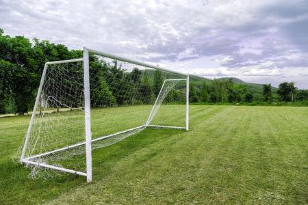 サッカーの目標は田舎のフィールドに