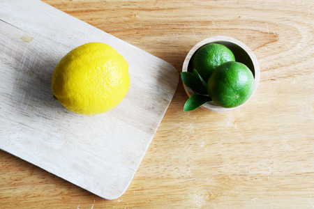 dring: Lime and lemon on wooden table
