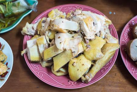 sacrifice: Pollo guisado con salsa en el plato para hacer un sacrificio a los dioses chinos en el día de año nuevo