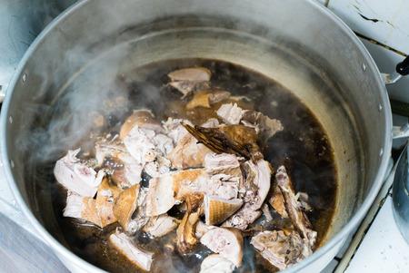 sacrifice: Pato guisado con salsa de carne en la olla de acero caliente listo para hacer un sacrificio a los dioses chinos en el día de año nuevo Foto de archivo