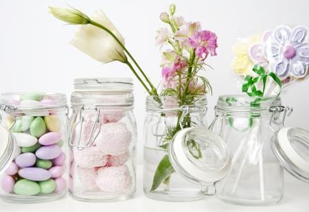 bocaux en verre: Rang�e de pots en verre avec des bonbons et des fleurs Banque d'images