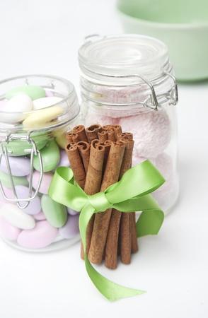 bocaux en verre: B�tons de cannelle et bocaux en verre avec des bonbons