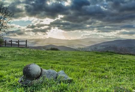 sun s: I raggi del sole s filtrano le nuvole scure nel panorama mattina delle colline toscane