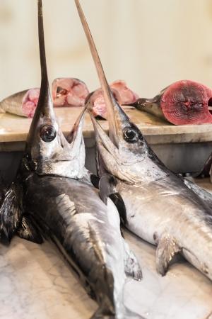 pez espada: Pez espada en un mercado de pescado en Sicilia (Italia). Comida típica de la zona. Foto de archivo