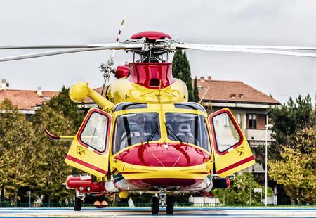 民間ヘリコプター必要に応じて介入の緊急準備完了です。 写真素材
