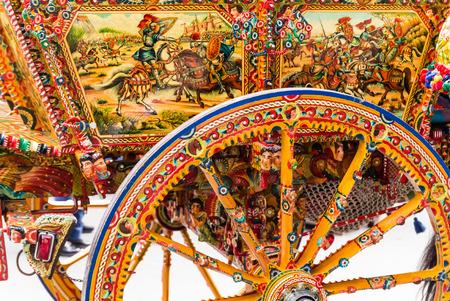 carretto siciliano tradizionale e colorato. Archivio Fotografico