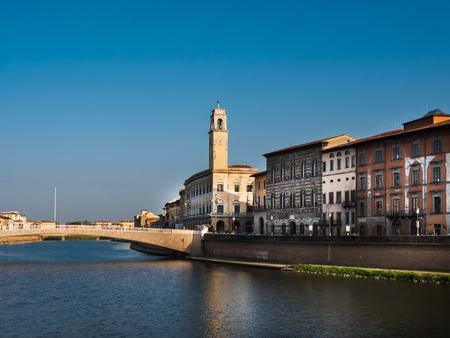 Ponte di mezzo and heritage buildings in Pisa on a sunny day 版權商用圖片