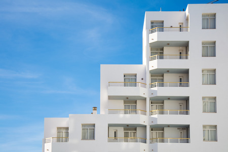 architectural details of a contemporary white building on sunny day 版權商用圖片