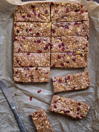 Hausgemachtem Müsli Protein-Riegel mit Erdnussbutter, Honig, Nüssen und Preiselbeeren