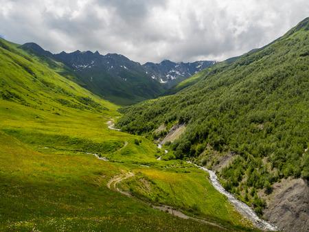 svaneti: Stream en las monta�as cerca de la aldea de Ushguli en Upper Svaneti, Georgia, el C�ucaso