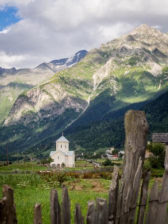 svaneti: St George iglesia en la aldea de Adishi en alto Svaneti, Georgia, el C�ucaso