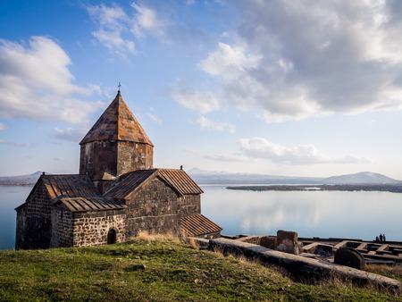 atracci�n: Complejo mon�stico Sevanavank en Armenia. Fundada en el a�o 874 Sevanavank en la pen�nsula Kghazi es, con mucho, la atracci�n tur�stica m�s popular de la regi�n del lago Sevan.