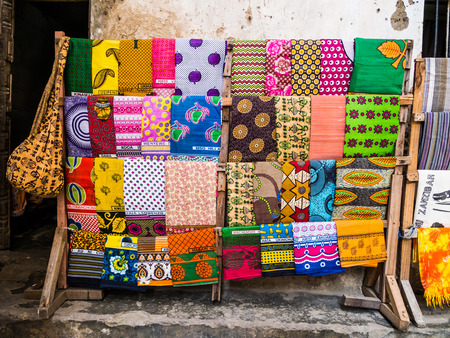 Traditional African kangas and other materials sold in Stone Town, Zanzibar. Imagens