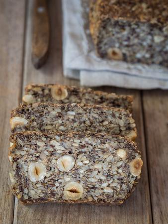 comiendo pan: Pan sin harina con girasol, lino y semillas de ch�a, avena, c�scaras de semillas de psyllium y avellanas.
