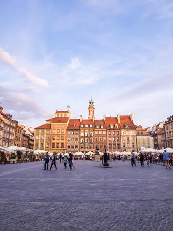 de Varsovia Plaza del Mercado de la Ciudad Vieja en una tarde de verano. Gran angular, la orientación horizontal.