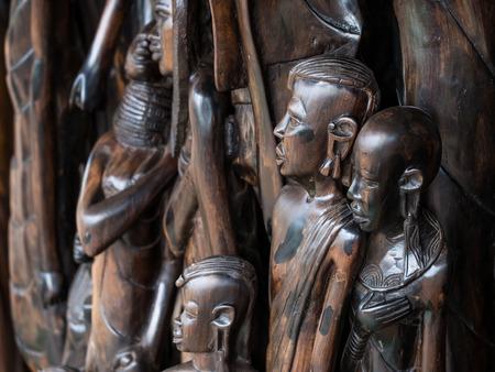 tribu: Tradicionales africanos esculturas de madera soles como recuerdos en la región de Arusha, Tanzania, África.