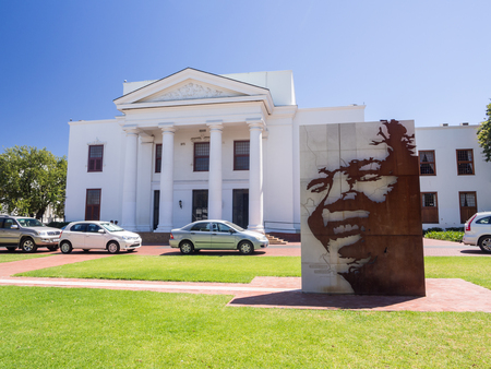 STELLENBOSH, SOUTH AFRICA - FEBRUARY 16, 2016: Bronze coated statue of Nelson Mandela in front of Stellenbosch Town Hall. Imagens - 54542424