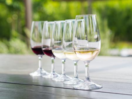 Wijnproeven in Stellenbosch, Zuid-Afrika. Vanaf de voorkant: blanc de noir, chardonnay, sauvignon blanc, merlot, cabernet sauvignon. Stockfoto