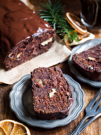 flourless chocolate cake: Gluten-free gingerbread made with green banana flour, dates and nuts.