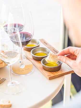 Joven degustación de aceites de oliva durante la degustación de vino y aceite de oliva en la región de Alentejo, Portugal. Foto de archivo - 98437417