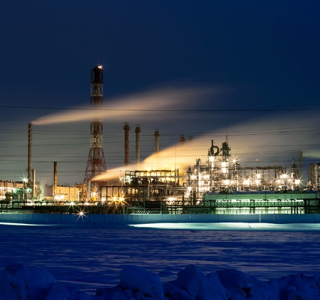 industria quimica: Refiner�a iluminado en la noche despu�s de la puesta del sol Editorial