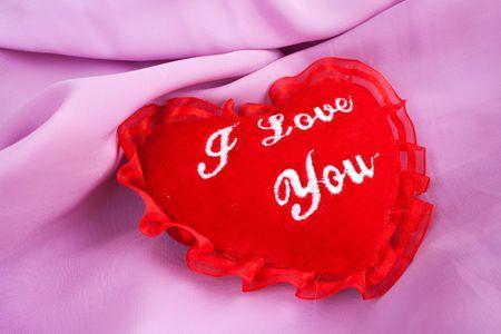Cuore di San Valentino - morbido cuscino con I love you ricamatura. Cuscino a forma di cuore di San Valentino. Lanuginoso morbido cuore rosso su raso rosa.