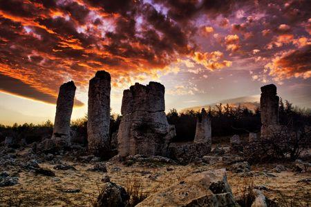 현상: Phenomenon rock formations in Bulgaria around Varna - Pobiti kamani. National tourism place. Upright stone. Earth pillar in Bulgaria