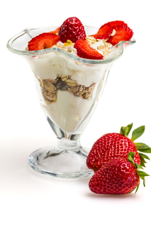 yaourts: Verre de Muesli aux fraises et yogourt isolé sur blanc