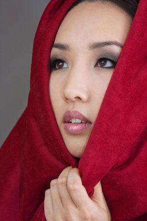 赤いスカーフの若い女性