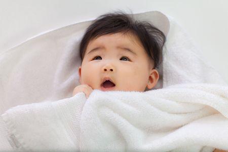 赤ちゃんに驚いて見えます。 写真素材