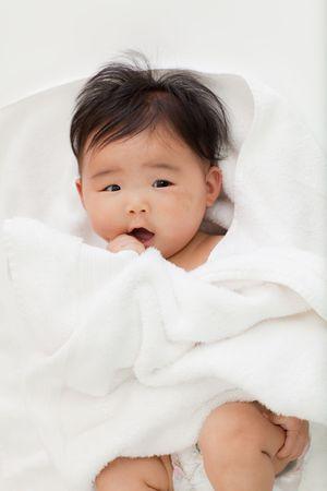 赤ちゃんは驚いて喜びで見えます。 写真素材