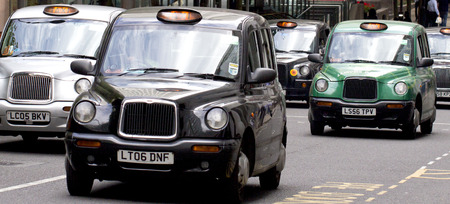 taxi: London Taxis en Canary Wharf Editorial