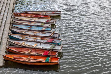 Barche in legno a noleggio ormeggiate sul fiume Tamigi, UK