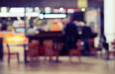 vista borrosa del café con gente