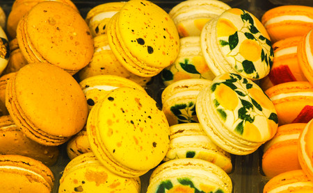 bright cakes and macaroons in the bakery window Standard-Bild