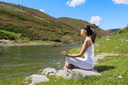 respiracion: Las pr�cticas de joven, mujer, yoga y relajaci�n en la naturaleza. Foto de archivo