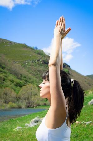 mujeres orando: Las prácticas de joven, mujer, yoga y relajación en la naturaleza. Foto de archivo