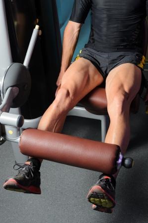 piernas hombre: Detalle de las piernas cuadriceps entrenamiento muscular Foto de archivo