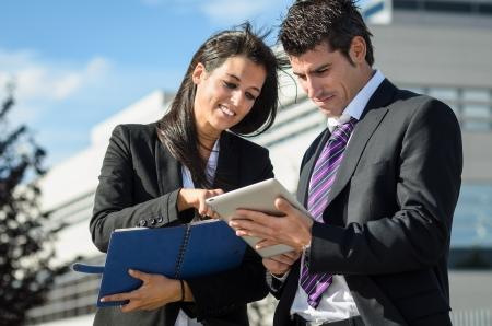 dictating: Hombre de negocios y ayudante de hablar y tomar notas